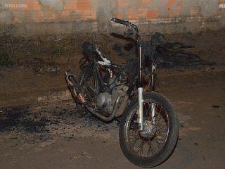 Motocicleta é encontrada completamente queimada no bairro Jardim Esperança | Patos Agora - A notícia no seu tempo - http://www.patosagora.net