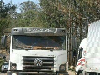 Mulher deita às margens da BR-354 e provoca acidente entre caminhões   Patos Agora - A notícia no seu tempo - http://www.patosagora.net