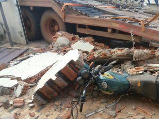 Caminhão prancha desgovernado derruba poste e muro de residência no Bairro Novo Horizonte | Patos Agora - A notícia no seu tempo - http://www.patosagora.net