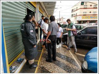 Bandidos assaltam relojoaria e atiram dentro do comércio e fogem levando mostruários   Patos Agora - A notícia no seu tempo - http://www.patosagora.net