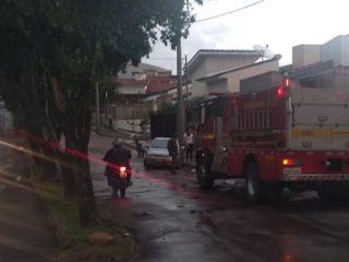 Carro fica quase submerso na Avenida Luci Mesquita no bairro Guanabara | Patos Agora - A notícia no seu tempo - http://www.patosagora.net