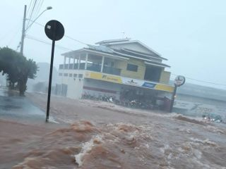 Flagrante: Motociclista cai em enxurrada e carros estragam após tempestade em Patos de Minas | Patos Agora - A notícia no seu tempo - http://www.patosagora.net