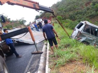 Motorista perde controle de Van de funerária e cai em ribanceira na LMG740, ao desviar de animal   Patos Agora - A notícia no seu tempo - http://www.patosagora.net