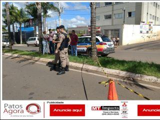Vídeo mostra motociclista perdendo o controle da motocicleta e colidindo em palmeira | Patos Agora - A notícia no seu tempo - http://www.patosagora.net