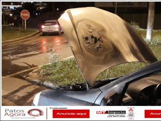 Corpo de Bombeiros é acionado após veículo apresentar curto-circuito na bateria | Patos Agora - A notícia no seu tempo - http://www.patosagora.net