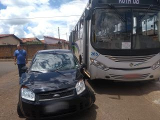 Motorista avança parada obrigatória e bate em ônibus do transporte coletivo | Patos Agora - A notícia no seu tempo - http://www.patosagora.net