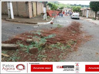 Caminhão carregado com telhas tomba no bairro Jardim Esperança | Patos Agora - A notícia no seu tempo - http://www.patosagora.net