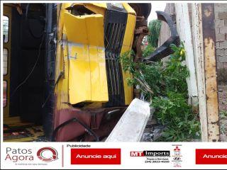Caminhão apresenta falha mecânica e desce 50 metros em ladeira; um poste foi arrastado | Patos Agora - A notícia no seu tempo - http://www.patosagora.net