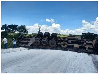 Caminhonete sai de estrada de chão, é atingida por carreta que capota e mata motorista na MG-187 | Patos Agora - A notícia no seu tempo - http://www.patosagora.net