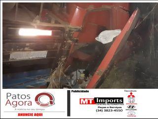 Caminhão tomba após motorista cair na alça de acesso à marginal da BR-365, em Patos de Minas | Patos Agora - A notícia no seu tempo - http://www.patosagora.net