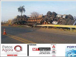 Motorista morre preso às ferragens após caminhão de botijão de gás tombar na BR-354 | Patos Agora - A notícia no seu tempo - http://patosagora.net