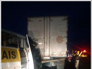 Acidente entre micro-ônibus e caminhão mata uma pessoa e deixa outra em estado grave na BR-365 | Patos Agora - A notícia no seu tempo - http://www.patosagora.net