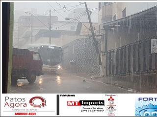 Caminhão colide em carro e tromba poste na Rua Teófilo Otoni    Patos Agora - A notícia no seu tempo - http://patosagora.net