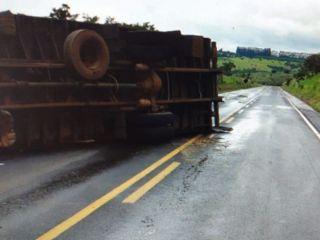 Motorista perde controle de caminhão e tomba na MG-187 | Patos Agora - A notícia no seu tempo - http://patosagora.net