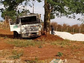 Caminhão desce rua desgovernado e só para ao bater em árvore | Patos Agora - A notícia no seu tempo - https://patosagora.net