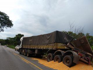 Carreta carregada com milho tomba na rodovia MG 410   Patos Agora - A notícia no seu tempo - https://patosagora.net