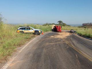 Caminhão carregado com caroço de algodão tomba na rodovia MGC 354 | Patos Agora - A notícia no seu tempo - https://patosagora.net