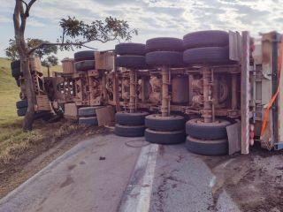 Motorista de Patos de Minas fica ferida após carreta tombar na BR-354 | Patos Agora - A notícia no seu tempo - https://patosagora.net