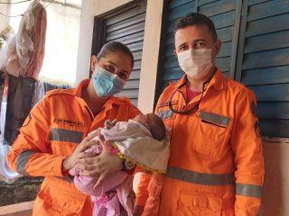 Mãe e recém nascida recebem visita de bombeiros que ajudaram no parto, em Patos de Minas   Patos Agora - A notícia no seu tempo - https://patosagora.net