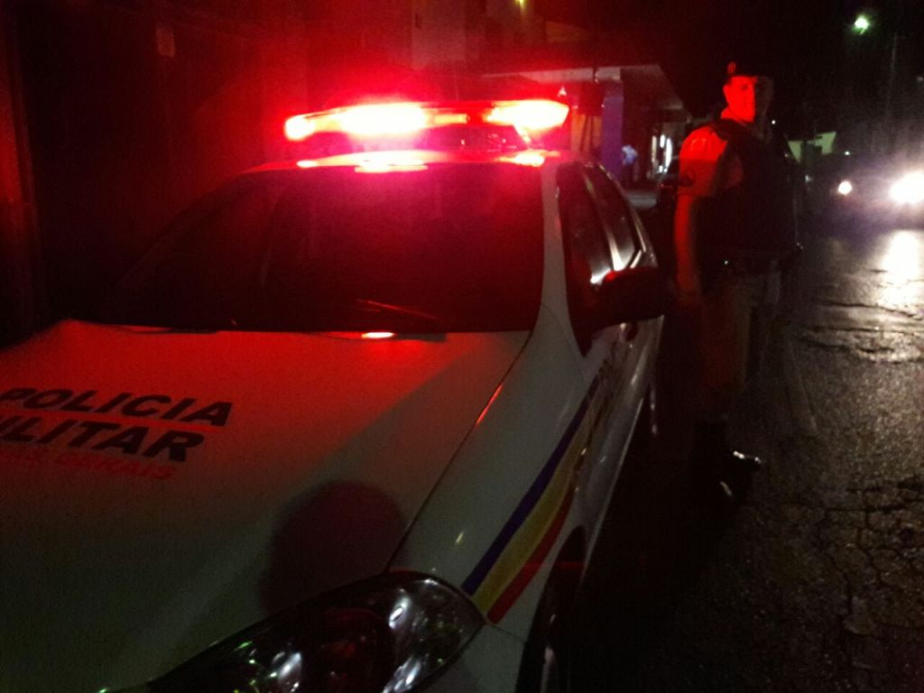 Bandidos armados abordam casal dentro de veículo e roubam caminhonete