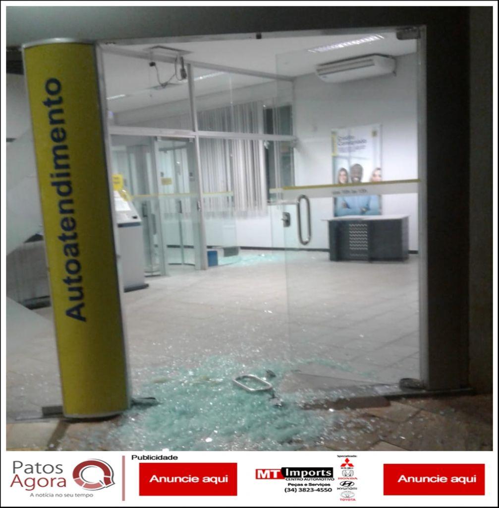 Bandidos fortemente armados explodem agência bancária e fazem militar de refém em Perdizes