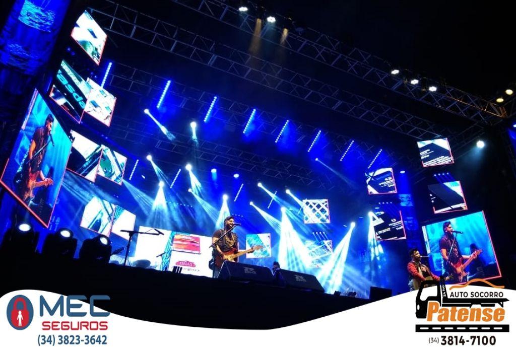 Grande público acompanha o show da dupla Diego e Victor Hugo na Arena