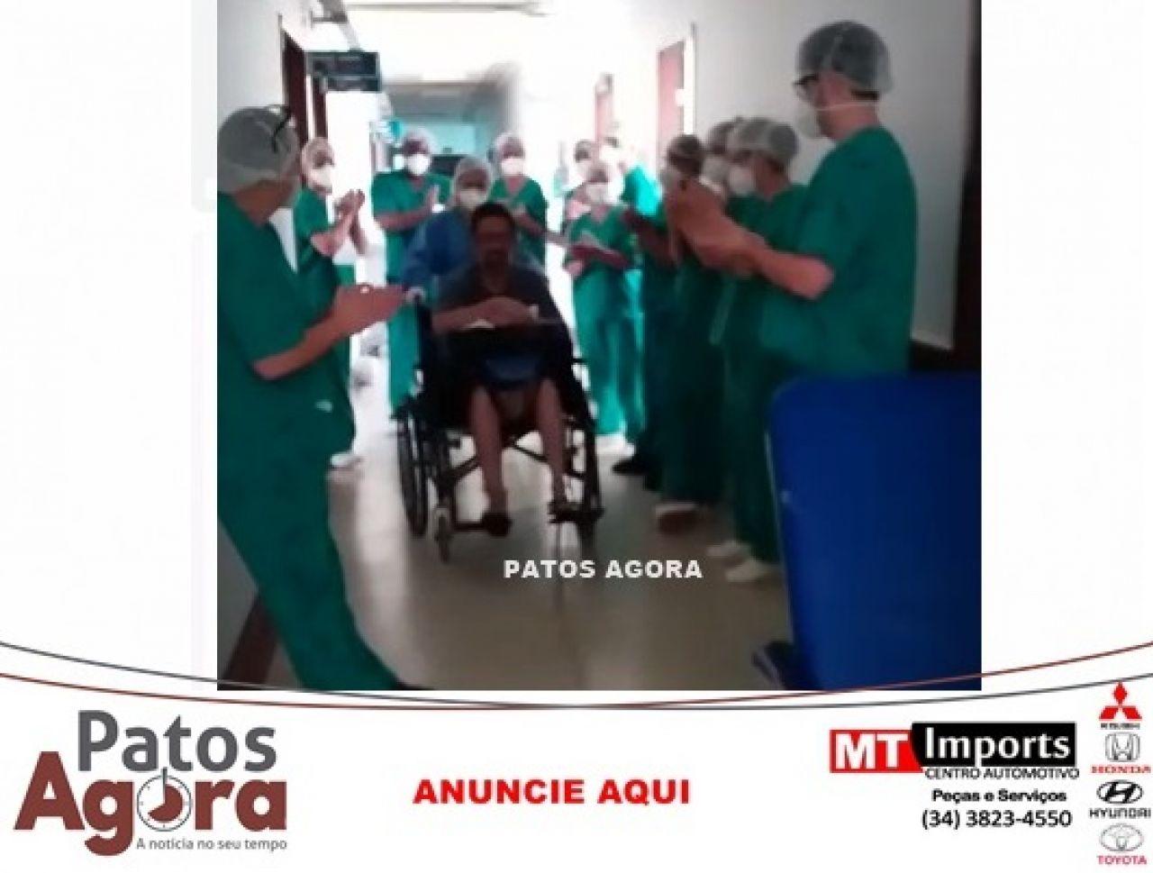 Paciente que estava em estado grave deixa HRAD após recuperação de COVID-19; enfermeiros ganham carta