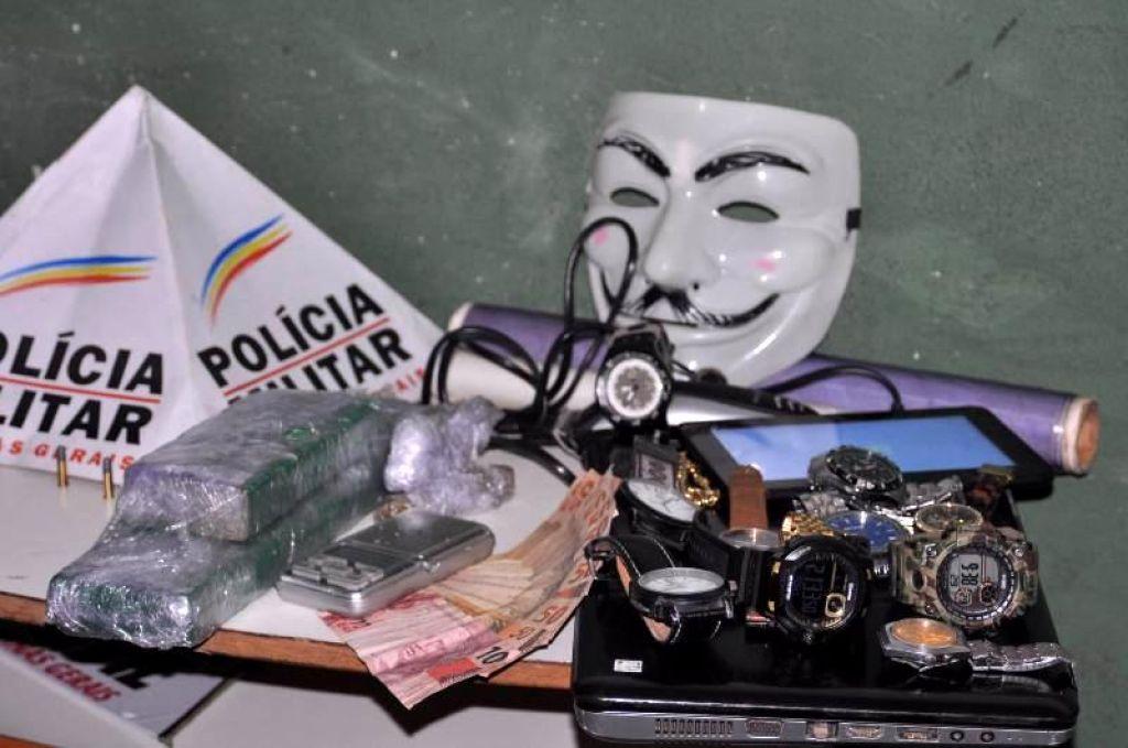 PM localiza um quilo de maconha, munições e vários materiais sem procedência em casa no Bairro Jardim Esperança