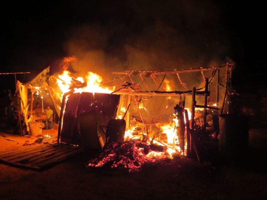 Incêndio destrói marcenaria no bairro Niterói em Carmo do Paranaíba