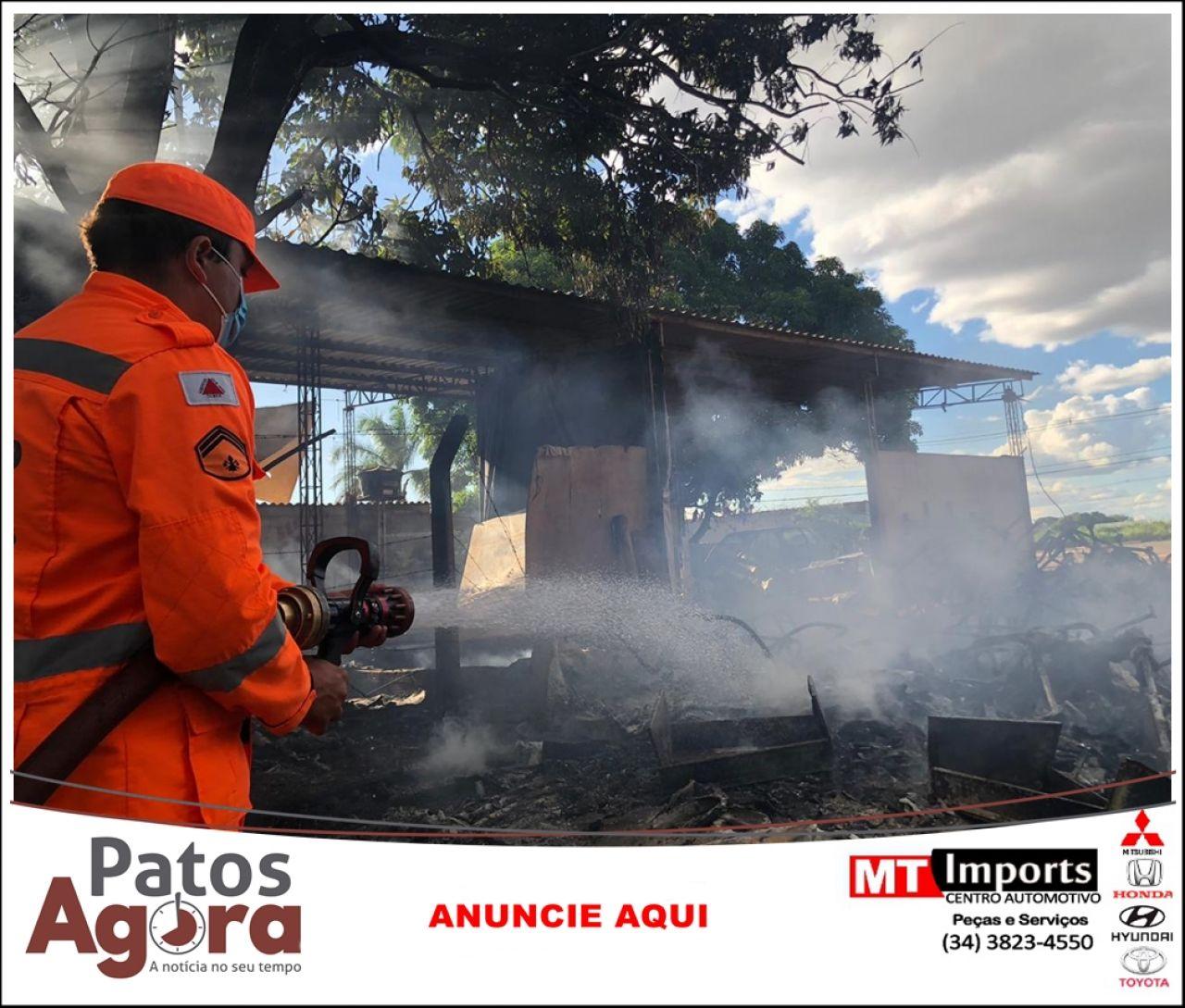 Bombeiros combatem incêndio em oficina de estofado