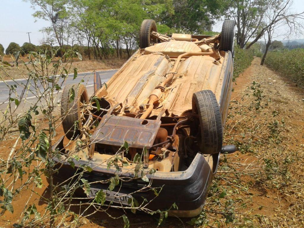 Carro capota após ser fechado durante ultrapassagem