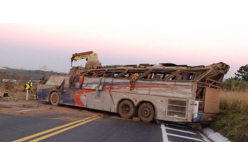 Acidente com ônibus deixa mortos e feridos em Minas Gerais