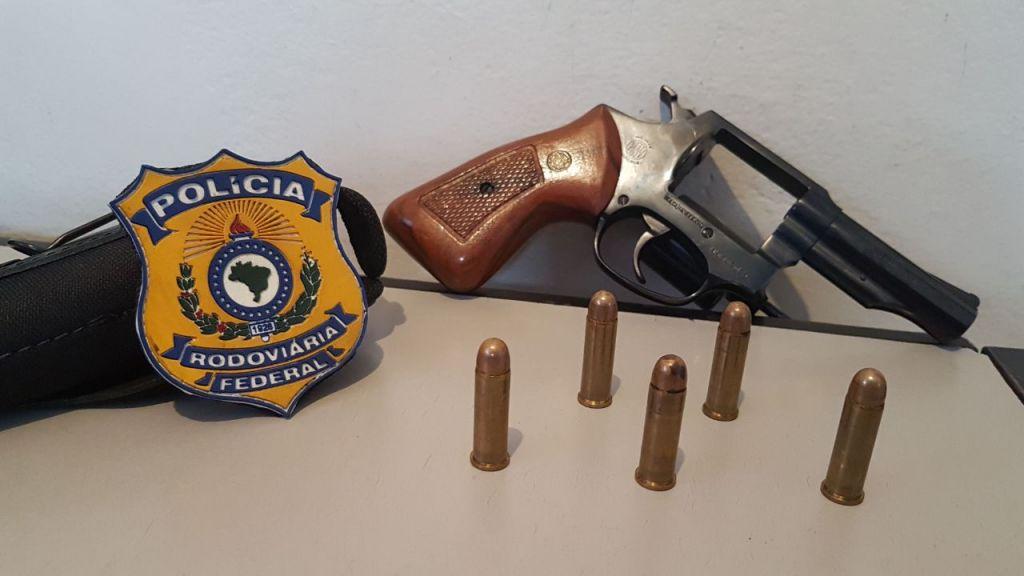 PRF apreende arma de fogo durante buscas em picape na BR-365