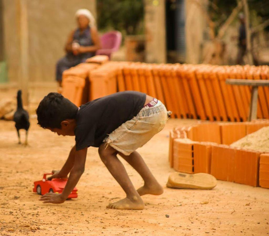Crianças carentes do Norte de Minas recebem brinquedos produzidos por detentos