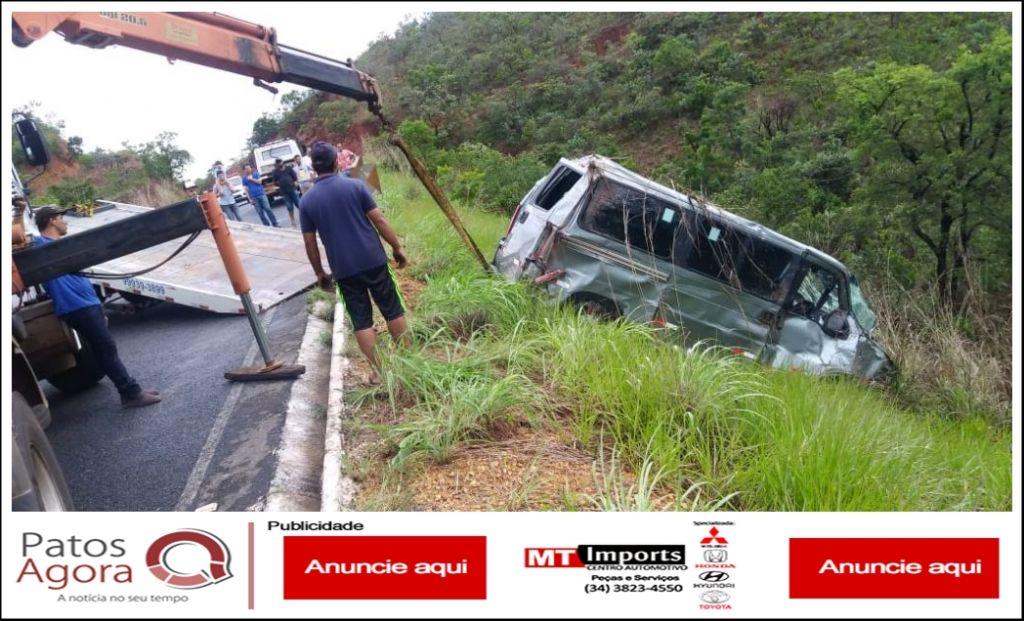 Motorista perde controle de Van de funerária e cai em ribanceira na LMG740, ao desviar de animal