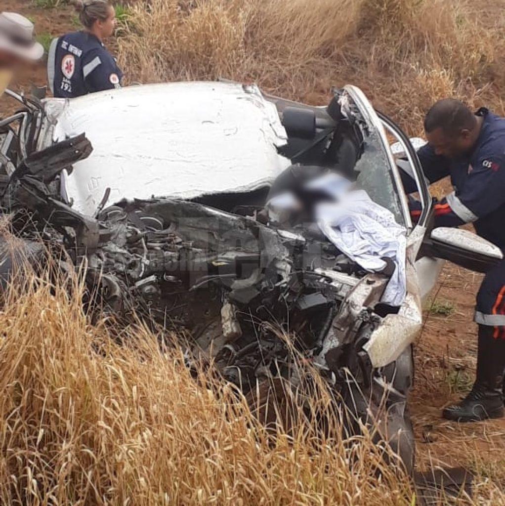 Grave acidente entre carro e carreta deixa três mortos