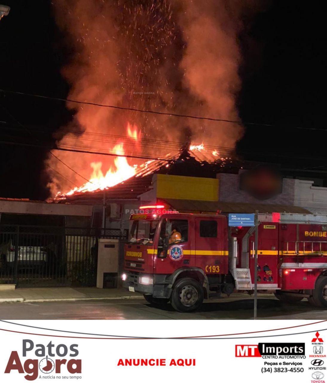 Bombeiros combatem incêndio em empresa no centro de Patos de Minas