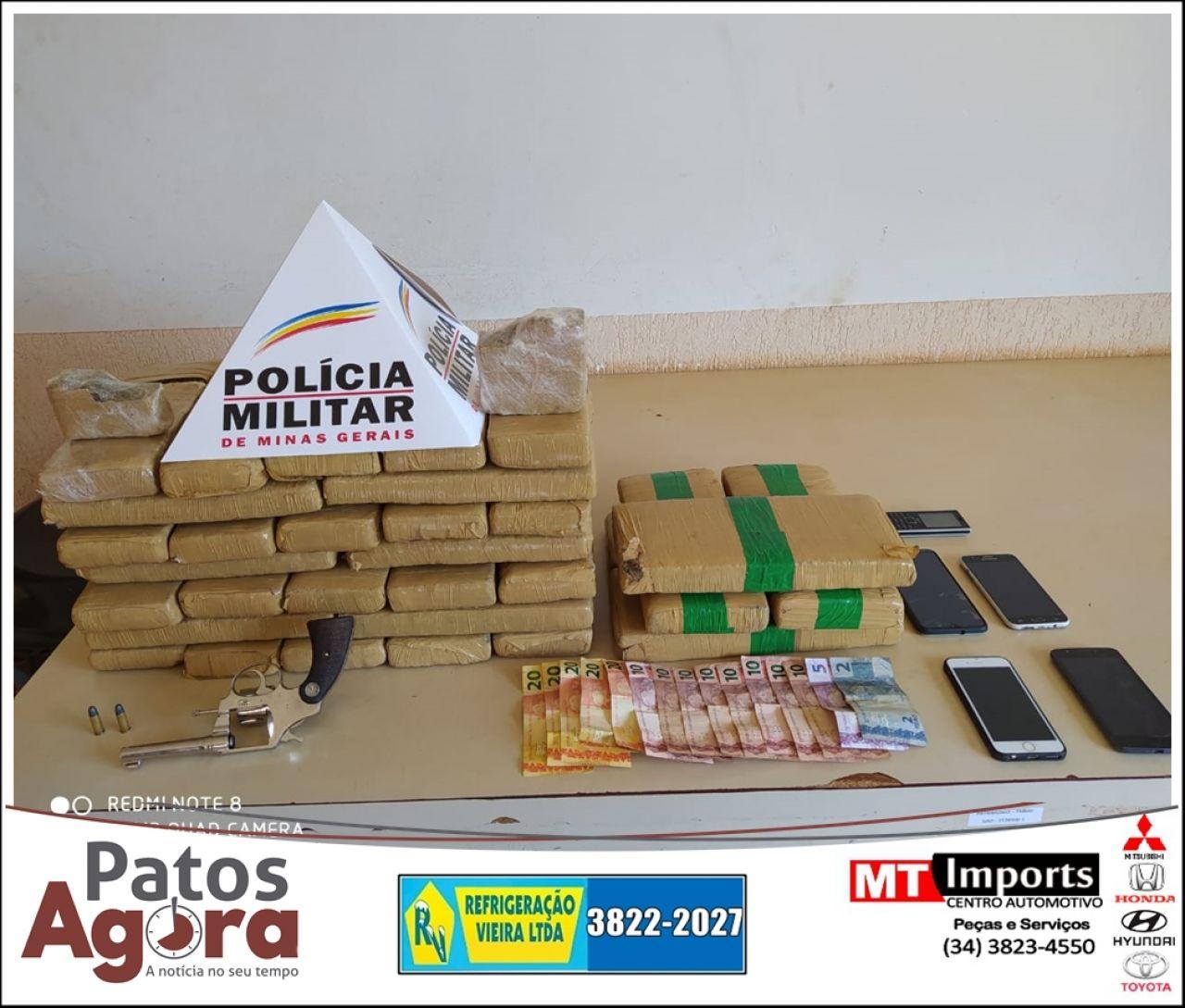 Polícia Militar prende 5 pessoas e apreende grande quantidade de drogas em Monte Carmelo