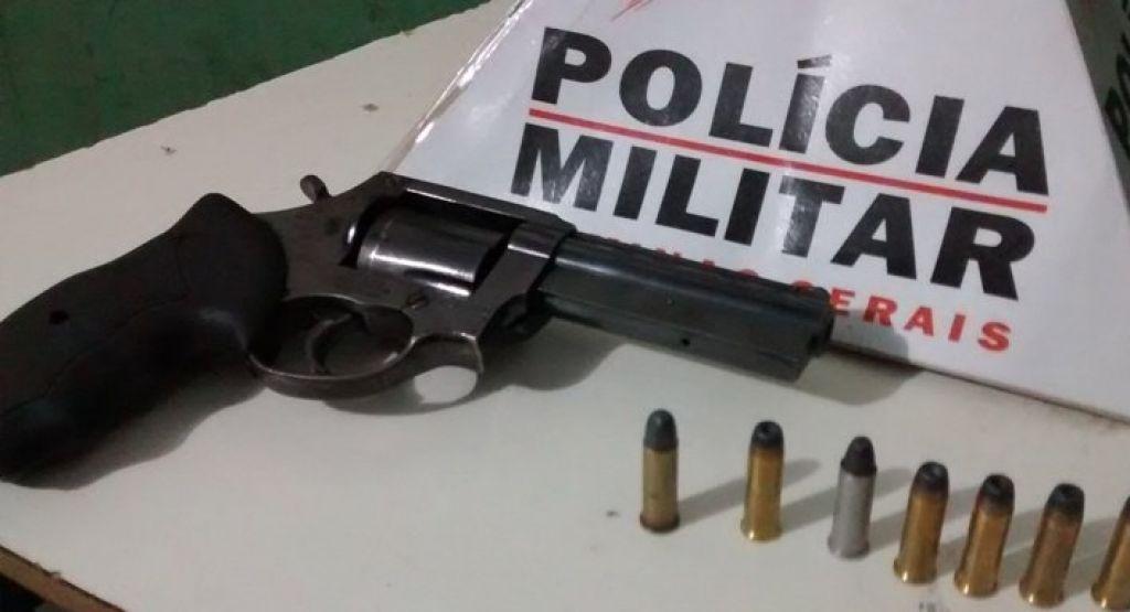 PM localiza arma após flagrar adolescente danificando placa no Bairro Coração Eucarístico