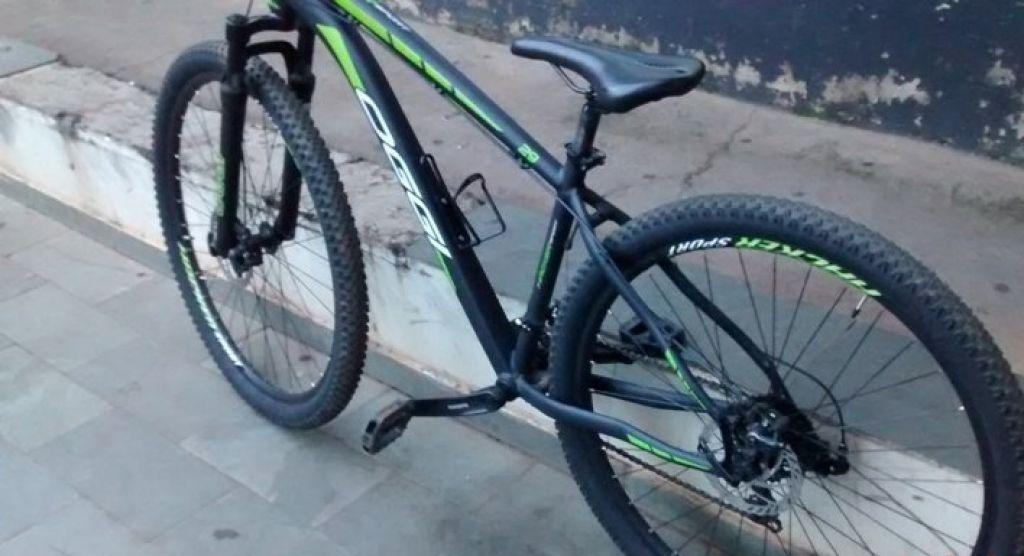 Foragido da Justiça é pego com bicicleta roubada e réplica de arma após tentar fugir de abordagem