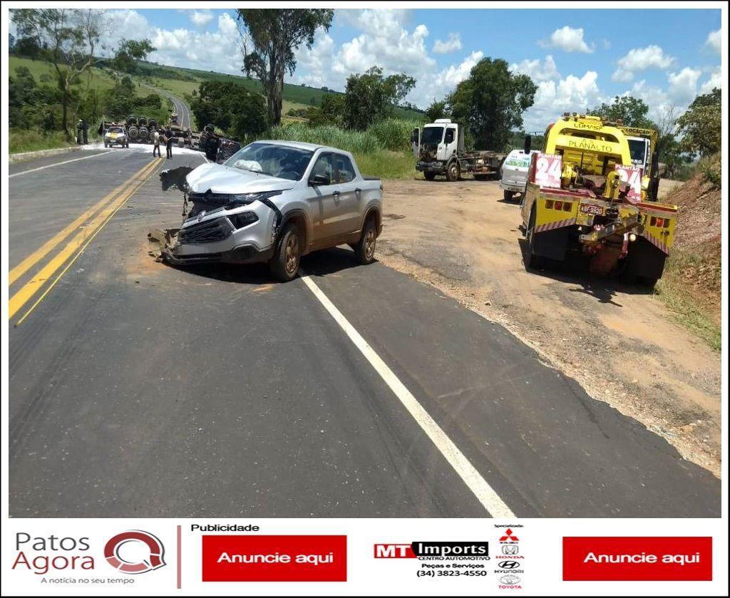 Caminhonete sai de estrada de chão, é atingida por carreta que capota e mata motorista na MG-187