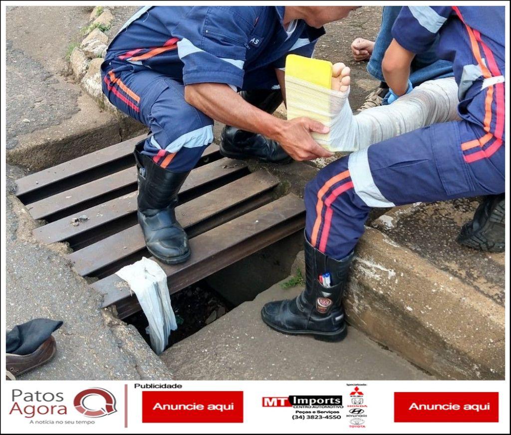Senhor de 66 anos fratura perna após cair em bueiro
