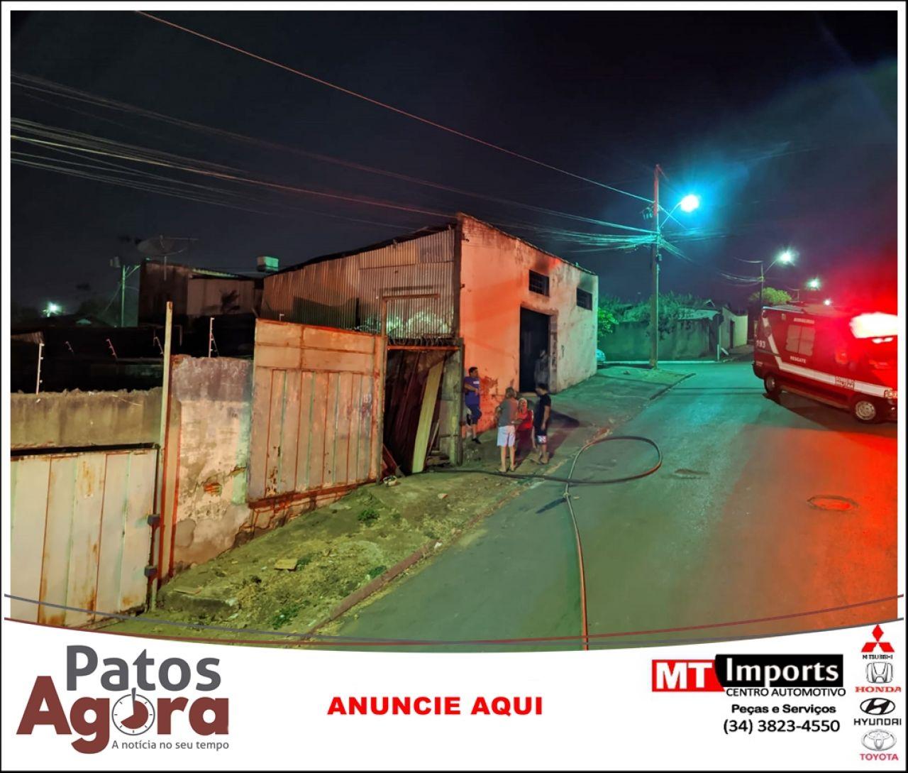 Bombeiros combatem incêndio em serraria na Rua Duque de Caxias
