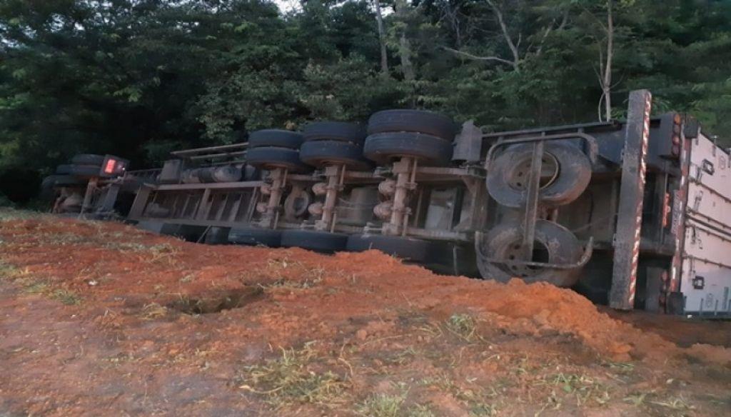 Menino de 10 anos morre após caminhão tombar na BR-262