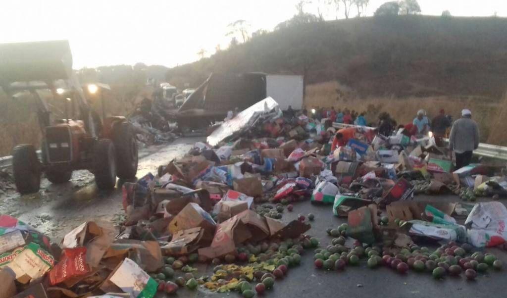Colisão frontal entre dois caminhões deixa uma vítima morta e outra ferida na BR-365