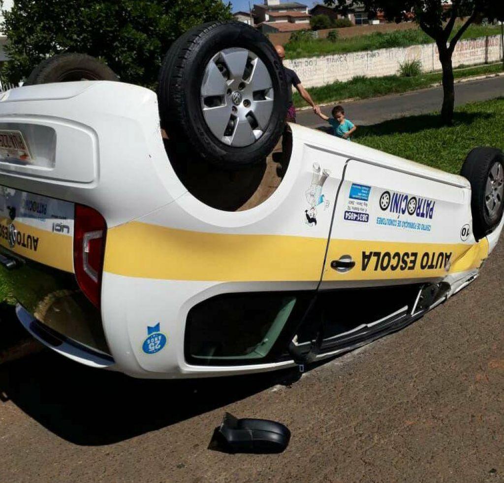 Carro de auto escola colide em outro veículo e tomba