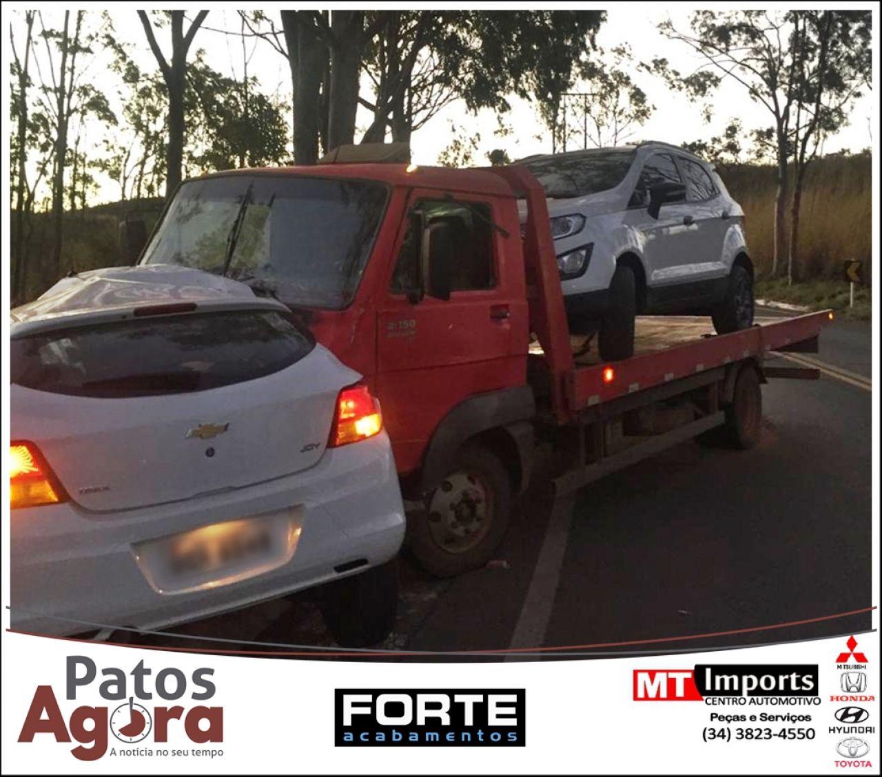 Condutora morre após atravessar pista e bater em caminhão prancha na MGC-354