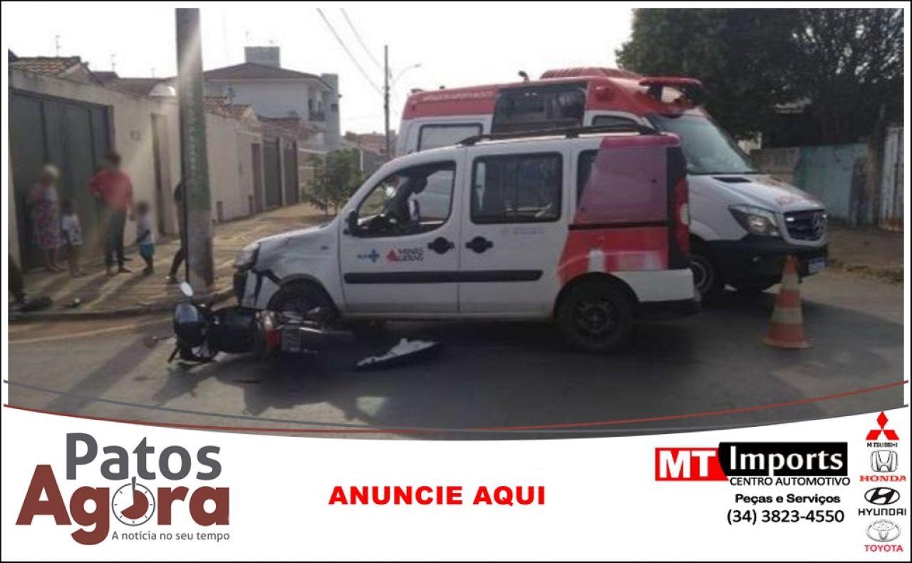 Motociclista inabilitada fica ferida ao colidir em ambulância que avançou parada obrigatória