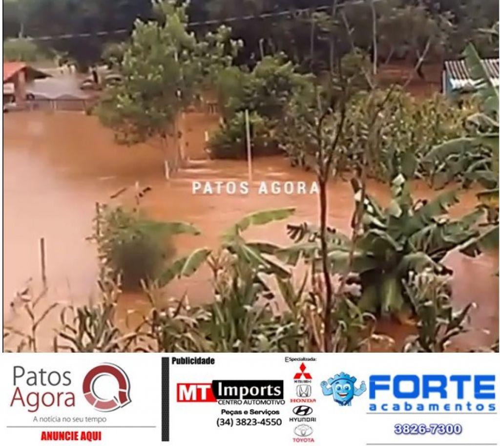 Ribeirão Salitre sobe e água atinge residências próximo do povoado de Tejuco