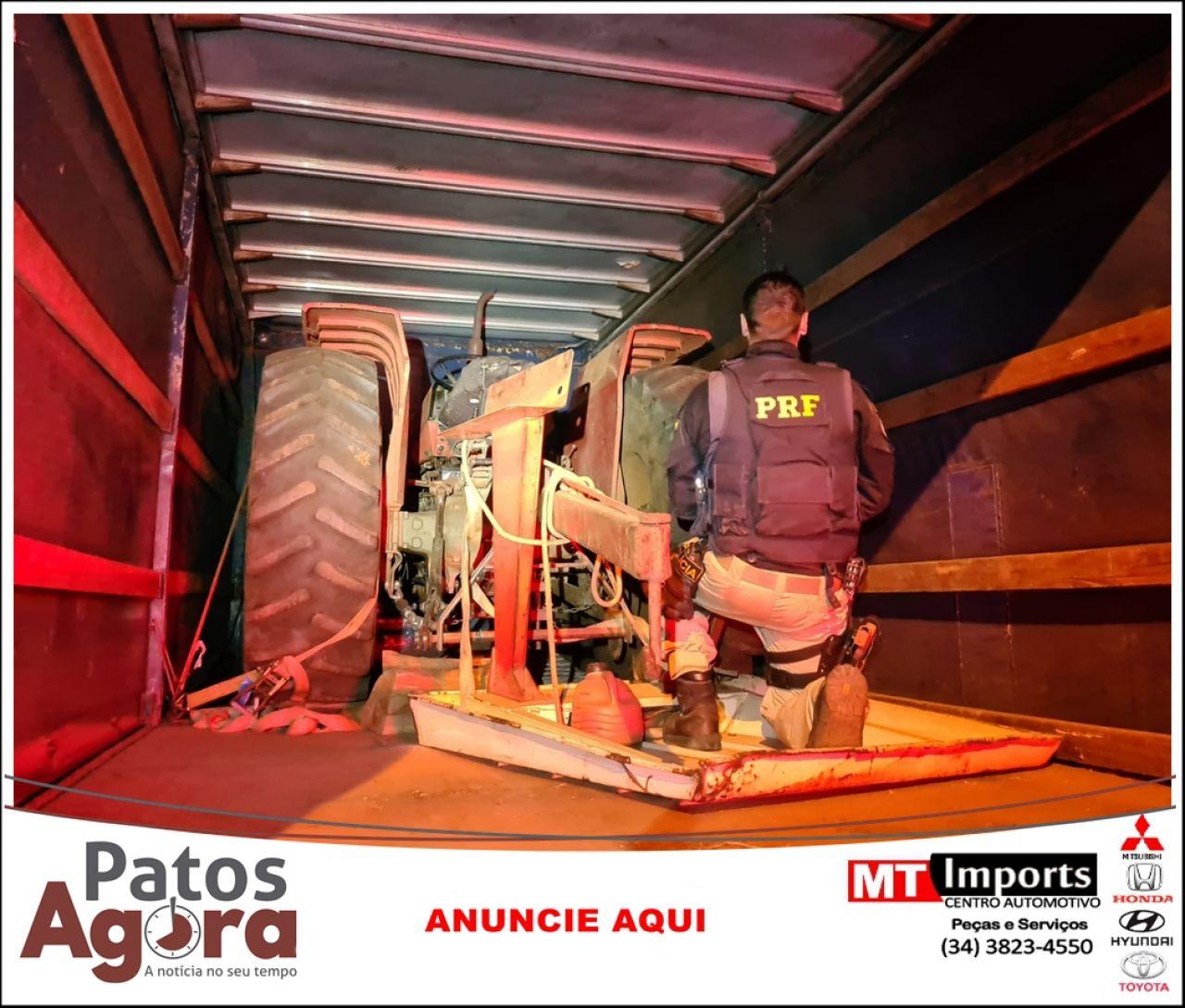 Idoso é preso transportando trator furtado dentro de caminhão baú